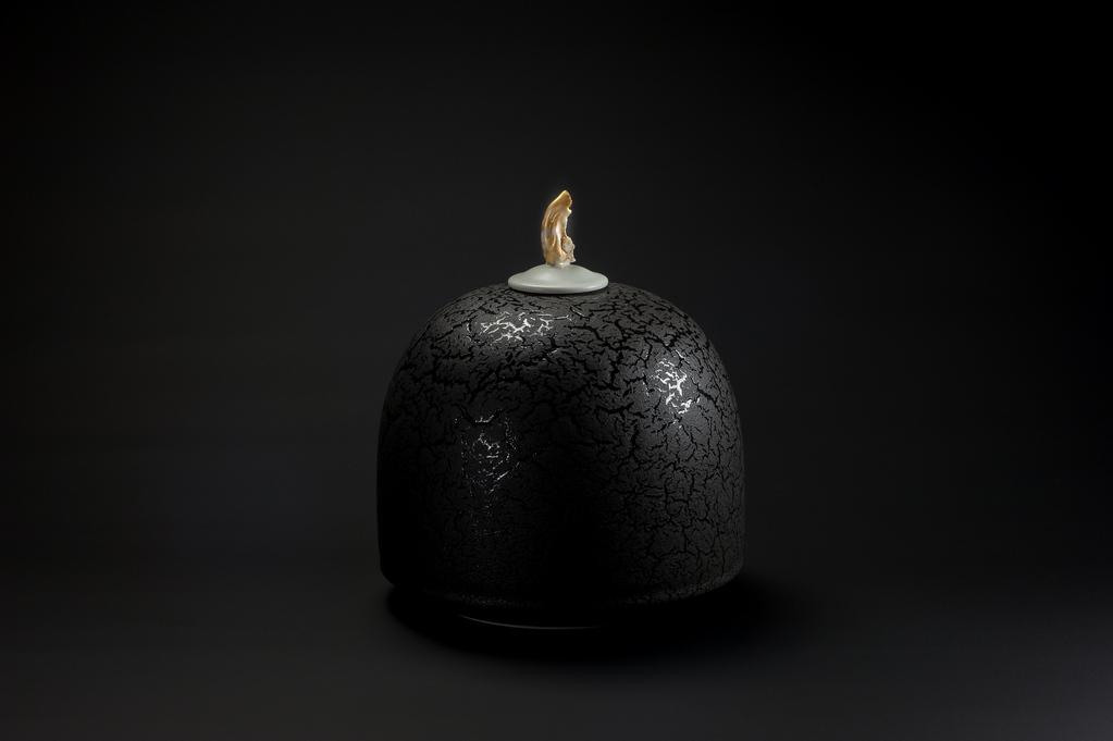 Urne noire à bouchon or xavier duroselle porcelaines