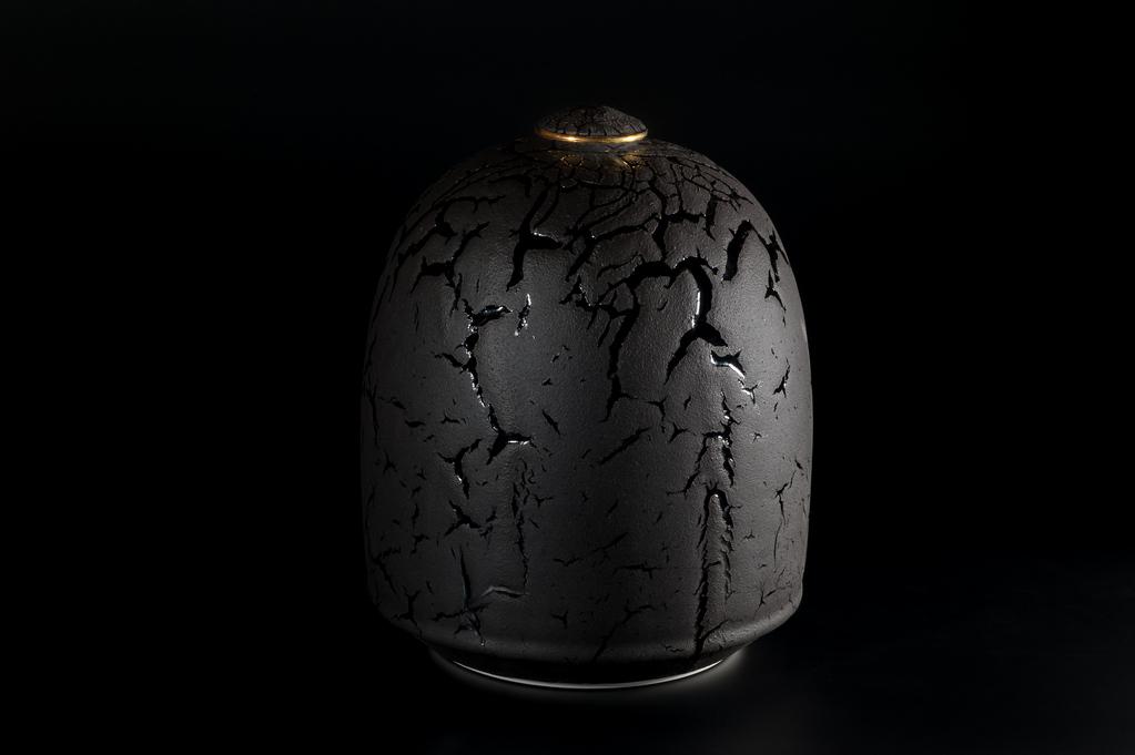Urne noir et or xavier duroselle porcelaines